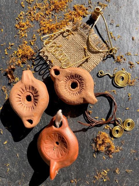 Fabrication de lampe à huile et broche gallo-romaines